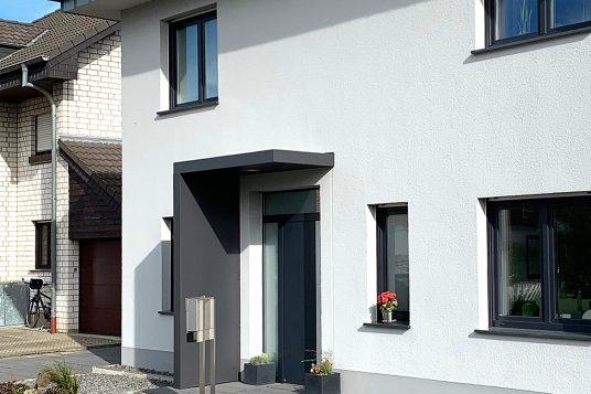 Haustürvordach BS 160 Plus, mit Seitenteil in Sondermaß